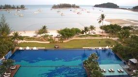 PULAU LANGKAWI, MALAYSIA - APRIL 4th 2015: Simbassäng av det lyxiga hotellet för DANNA på den Langkawi ön med härligt Arkivfoton