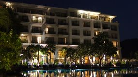 PULAU LANGKAWI, MALEISIË - 4 APRIL 2015: Het DANNA-luxehotel bij nacht op Langkawi-eiland met mening van de pool en Stock Foto