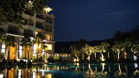 PULAU LANGKAWI, MALEISIË - 4 APRIL 2015: Het DANNA-luxehotel bij nacht op Langkawi-eiland met mening van de pool en Stock Afbeeldingen