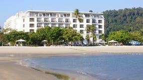 PULAU LANGKAWI, MALEISIË - 4 APRIL 2015: Mening van het DANNA-luxehotel op Langkawi-eiland met het strand en de oceaan Royalty-vrije Stock Foto