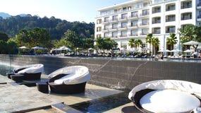 PULAU LANGKAWI, MALEISIË - 4 APRIL 2015: Zitkamerstoelen bij zwembad van het DANNA-luxehotel op Langkawi-eiland Stock Foto