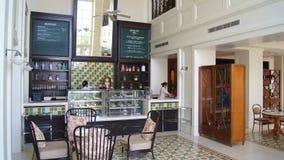 PULAU LANGKAWI, MALESIA - 4 aprile 2015: Architettura del ristorante coloniale britannico storico ad un albergo di lusso fotografia stock