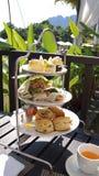 PULAU LANGKAWI MALEZJA, APR, - 5th 2015: Angielski herbaciany czas z Domowej roboty waniliowymi muffins na metalu etagere w luksu Obrazy Royalty Free