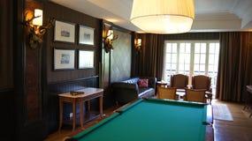 PULAU LANGKAWI MALEZJA, APR, - 4th 2015: Basenu stół wśrodku DANNA luksusowego hotelu na Langkawi wyspie Zdjęcia Royalty Free