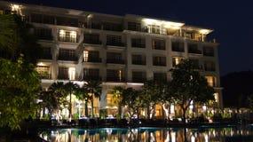 PULAU LANGKAWI MALEZJA, APR, - 4th 2015: DANNA luksusowy hotel przy nocą na Langkawi wyspie z widokiem basen i Zdjęcie Stock