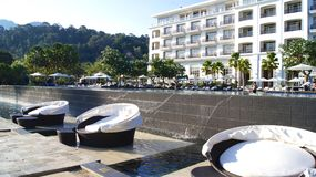 PULAU LANGKAWI MALEZJA, APR, - 4th 2015: Holów krzesła przy pływackim basenem DANNA luksusowy hotel na Langkawi wyspie Zdjęcie Stock