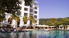 PULAU LANGKAWI MALEZJA, APR, - 4th 2015: Pływacki basen DANNA luksusowy hotel na Langkawi wyspie z pięknym Fotografia Royalty Free