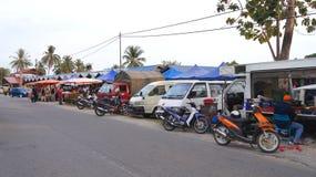 PULAU LANGKAWI MALEZJA, APR, - 4th 2015: Samochody przed uliczną nocą i jedzeniem wprowadzać na rynek na Langkawi wyspie Obrazy Stock