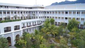 PULAU LANGKAWI MALEZJA, APR, - 4th 2015: Tarasuje i ogród DANNA hotel w Langkawi wyspie Zdjęcia Stock