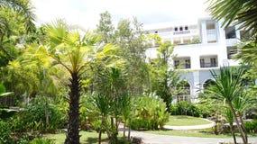 PULAU LANGKAWI MALEZJA, APR, - 4th 2015: Tarasuje i ogród DANNA hotel w Langkawi wyspie Fotografia Stock