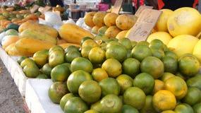 PULAU LANGKAWI MALEZJA, APR, - 4th 2015: Tradycyjne azjatykcie owoc na ulicznej nocy i jedzeniu wprowadzać na rynek na Langkawi w Zdjęcia Stock