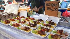PULAU LANGKAWI MALEZJA, APR, - 4th 2015: Tradycyjny azjatykci jedzenie na ulicznym jedzeniu i noc wprowadzać na rynek na Langkawi Obraz Royalty Free