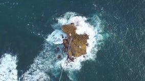 Pulau Timang de la visión aérea, pequeña isla rocosa en el océano Yogyakarta, Indonesia almacen de video