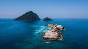 Pulau Tokong KemudiPulau Tokong Kemudi, van Pulau Susu Dara en van Pulau Dara Kecil satellietbeeld Kleine eilanden dicht bij Perh stock foto's