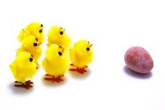 Pulcini ed uovo di Pasqua Immagine Stock