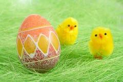 Pulcini ed uovo di Pasqua Variopinto verniciato Fotografia Stock Libera da Diritti