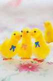 Pulcini gialli del giocattolo per la decorazione di Pasqua Fotografia Stock Libera da Diritti