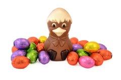 Pulcino di Pasqua con le uova di Pasqua. Immagine Stock Libera da Diritti