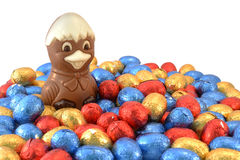 Pulcino di Pasqua con le uova di Pasqua. Fotografie Stock
