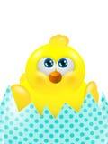 Pulcino di Pasqua in uovo che cerca isolato sopra bianco Fotografia Stock Libera da Diritti