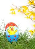 Pulcino dipinto a mano di Pasqua sulle coperture dell'uovo Fotografia Stock