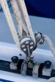 Puleggia ed attrezzatura di sartiame della barca a vela Fotografie Stock Libere da Diritti