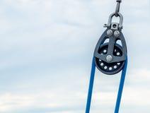Puleggia nautica e un cavo blu nel giorno nuvoloso Fotografia Stock Libera da Diritti
