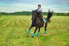 Puleggia tenditrice della ragazza ed il suo saltatore del cavallo immagini stock libere da diritti