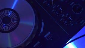 Puleggia tenditrice di disco maschio della mano sulla console mescolantesi per musica mescolantesi di techo sul partito di discot archivi video