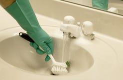 Pulendo il dispersore con una spazzola di sfregatura Fotografia Stock Libera da Diritti