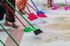 Pulendo il pavimento con la zazzera fotografia stock libera da diritti