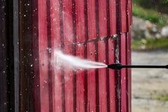 Pulendo il pulitore ad alta pressione della parete, fine su Fotografie Stock Libere da Diritti