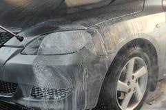 Pulendo l'automobile, lavaggio automobilistico dell'automobile sotto il Cl ad alta pressione dell'acqua Immagine Stock