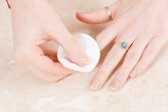 Pulendo le dita con il cuscinetto di cotone Fotografie Stock