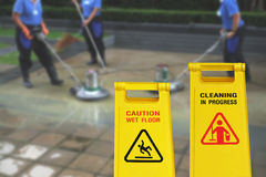 Pulendo nel simbolo bagnato del pavimento di cautela e di processo Immagine Stock Libera da Diritti