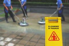 Pulendo nel simbolo bagnato del pavimento di cautela e di processo Fotografie Stock