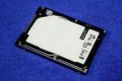 2,5 pulgadas de unidad de discos duros en fondo azul Imagen de archivo libre de regalías