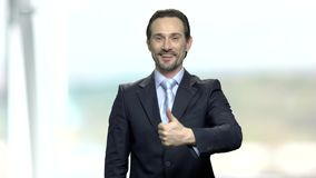 Pulgar acertado de la demostración del hombre de negocios encima del gesto metrajes