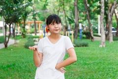 Pulgar asiático de la muchacha abajo Imagenes de archivo
