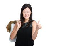 Pulgar asiático de la mujer joven para arriba con el panier Imagen de archivo libre de regalías