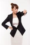 Pulgar de la demostración de la mujer de negocios que señala abajo Fotografía de archivo libre de regalías