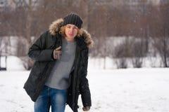 Pulgar de la demostración del hombre en el parque del invierno Fotografía de archivo libre de regalías