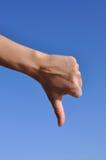 Pulgar de la mano de la mujer abajo foto de archivo