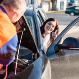 Pulgar feliz de la mujer del coche de la fijación del mecánico para arriba Imagen de archivo libre de regalías