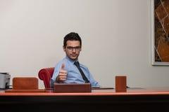 Pulgar joven de Executive Has The del hombre de negocios para arriba Imagenes de archivo