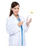 Pulgar joven del doctor para arriba con la botella de agua Fotografía de archivo libre de regalías