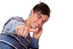 Pulgar masculino joven de la música que escucha mp3 y de la demostración Imágenes de archivo libres de regalías