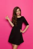 Pulgar para arriba para el vestido negro Imagen de archivo libre de regalías