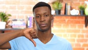 Pulgares abajo por el hombre joven afroamericano Imágenes de archivo libres de regalías