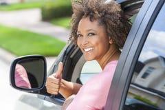 Pulgares afroamericanos de la mujer de la muchacha para arriba que conducen el coche Imágenes de archivo libres de regalías